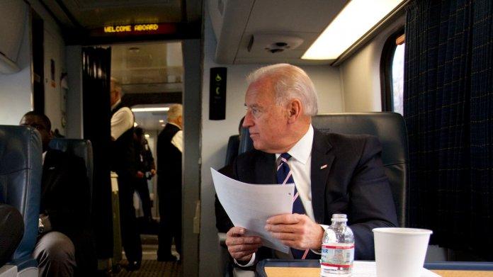 Joe Biden sitzt in einem Amtrak-Großraumwagen