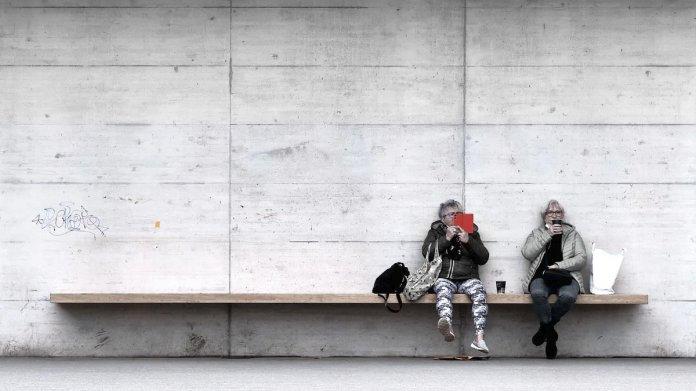 zwei Frauen auf einer Bank