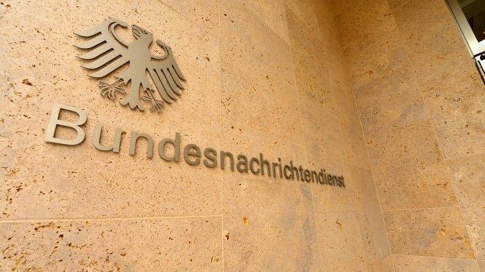 """Aufschrift """"Bundesnachrichtendienst"""" an Gebäude"""