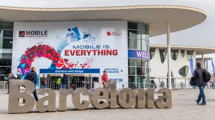 Außenansicht des Haupteingangs zum Messegelände der Fira Barcelona beim Mobile World Congress 2019.