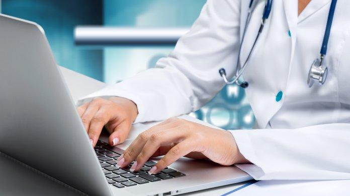 Mediziner am Notebook