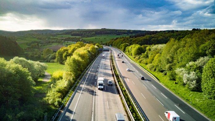 Autobahn bei schönem Wetter