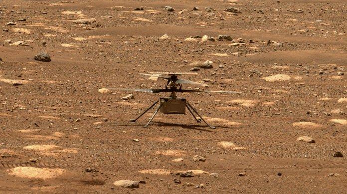 Ingenuity auf der Marsoberfläche stehend