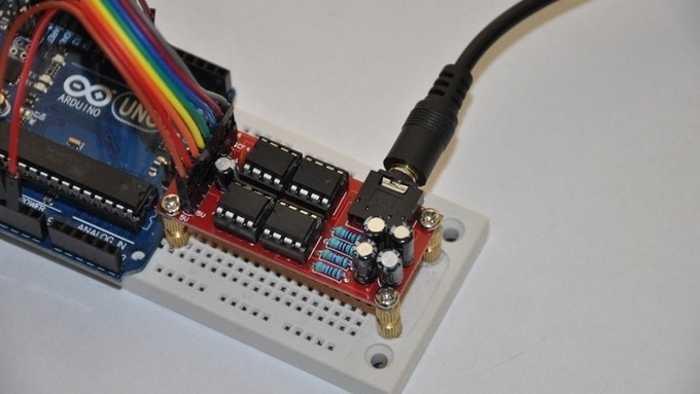 Auf einem weißen Steckbrett sitzt ein rotes Modul, dass an einen Arduino angeschlossen ist.