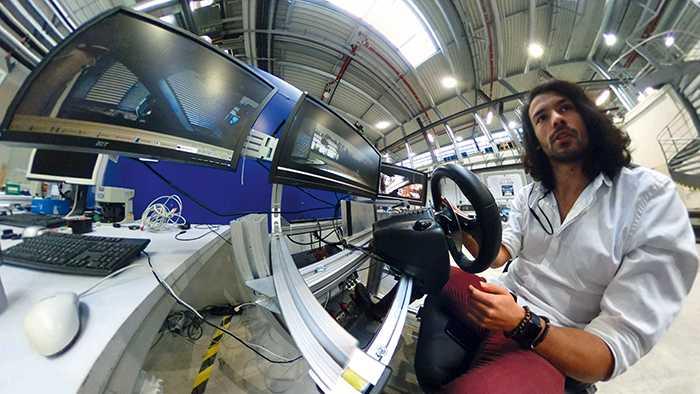 Jean-Michael Georg am Führerstand des autonomen Wagens.
