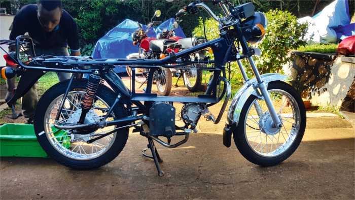 Start-up macht in Uganda Motorräder mit geladenen Akkus wieder flott