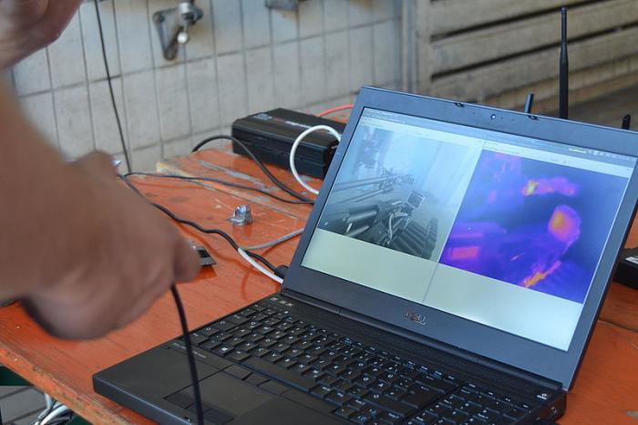 Perspektive des Fahrers: Bei einer gemeinsamen Übung unterstützt das Team AutonOHM mit Roboter Schrödi die Einsatzkräfte der Berufsfeuerwehr Nürnberg. Der Fahrer muss sich hierbei auf die Sensoren des Roboters verlassen.