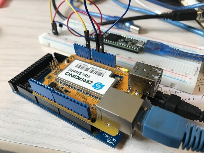 Das kompatible Arduino Yun Shield im Einsatz. Hier läuft gerade Beispiel 4 (siehe weiter unten im Artikel)