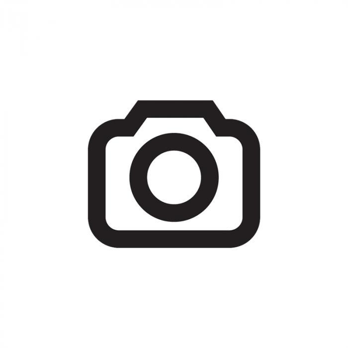 Durch ein buntes Glasfenster auf eine Säule einfallendes Sonnenlicht, fotografiert mit automatischem Weißabgleich. Der Vergleich zwischen Standard-JPEG- (oben) und Raw-Standard-Aufnahme (unten) deckt die Unterschiede auf. <br /> <br /> Canon EOS 10D  135 mm  ISO 800  f/5.6  1/125 s