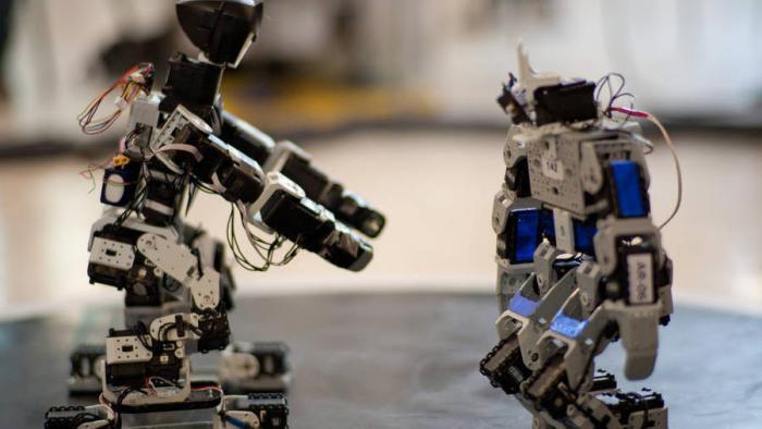 Roboter und Mensch Hand in Hand