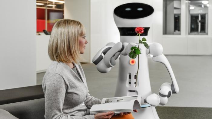 Frau mit Care-O-bot