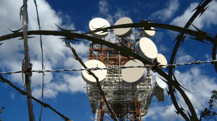 Stacheldraht vor Mobilfunkmast