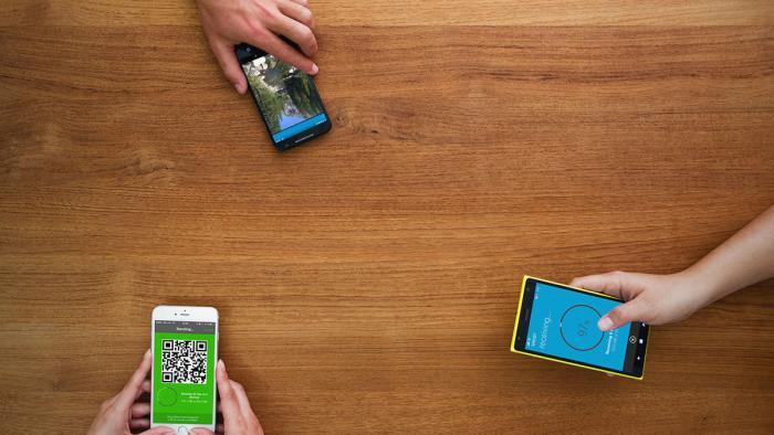 Tisch mit Smartphones und Apps