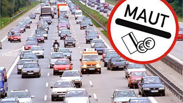 Straße mit Autos und Maut-Schild