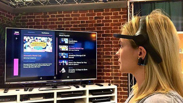 Frau bedient App über Headset