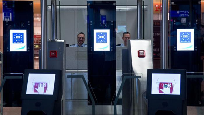 Passkontrolle am Frankfurter Flughafen