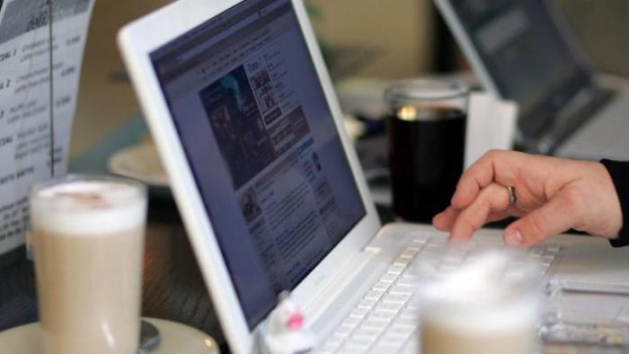 Laptop im Café