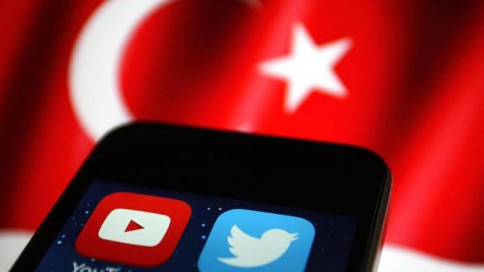 Handy vor Türkei Flagge
