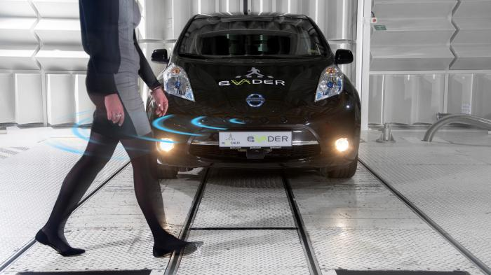 Fußgänger vor Elektroauto