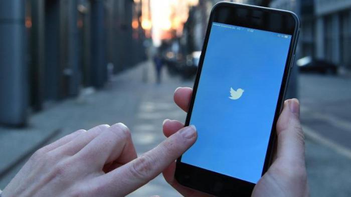 Handy mit Twitter-Logo