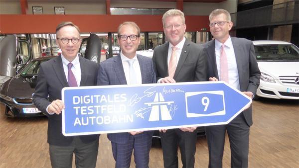 VDA-Chef Matthias Wissmann, Minister Alexander Dobrindt, Bitkom-Chef Thorsten Dirks und Marcel Huber
