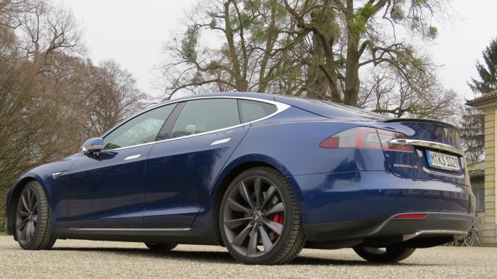 Tesla Model S: Mit dem Autopilot auf die Straße
