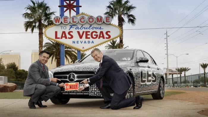 Thomas Weber (r.) und Nevadas Gouverneur Brian Sandoval zeigen das spezielle Kennzeichen für autonome Autos