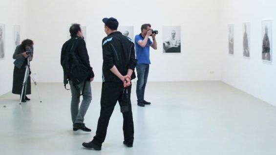 Selfie und Blitz tabu? Was hinter dem Fotoverbot im Museum steckt