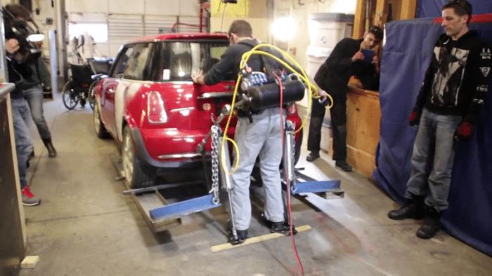 DIY Exoskelett hebt Auto