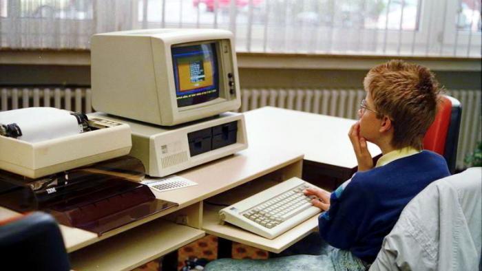 Kind sitzt fragend vor IBM PC XT 5160 (1988)