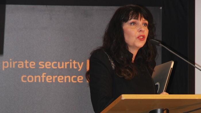 Pirate Security Conference: Isländische Piratin fordert, Gesetzgebung zurück in die Parlamente zu holen