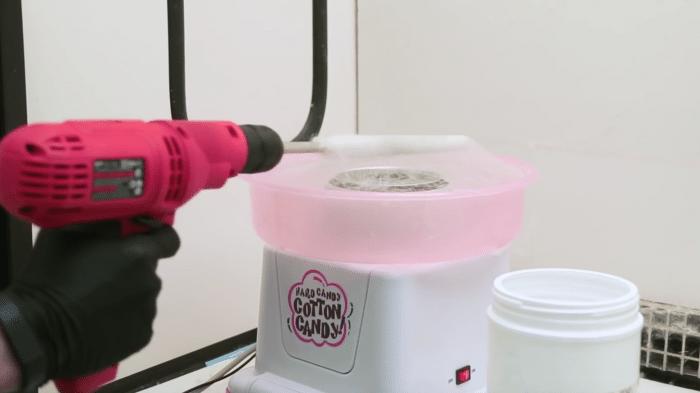 Forscher zieht künstliche Blutgefäße – mit einer Zuckerwattemaschine