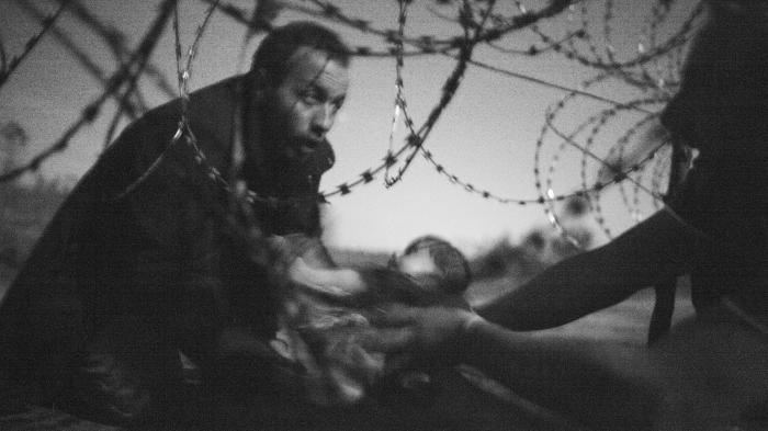 Welt-Presse-Foto des Jahres: Flüchtling mit Kind am Stacheldrahtzaun