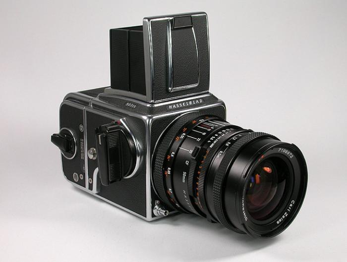 Die 503CX: Einäugige Spiegelreflexkamera (1988-1994) für das 6 x 6-Format mit auswechselbaren Objektiven (Hasselblad-C-Bajonett), Suchern, Filmmagazinen und Einstellscheiben. Sucher: Lichtschacht (Bild), auswechselbar gegen Prismensucher mit und ohne Belichtungsmesser oder Vergrößerungslichtschacht. Hasselblad-Acute-Matte-Einstellmattscheibe (entwickelt von Minolta). Filmtransport: Manuell, Transportkurbel kann gegen Knopf mit eingebautem Belichtungsmesser ausgetauscht werden. Blitzsteuerung: TTL-Messung auf der Filmoberfläche in Verbindung mit den Blitzadaptern SCA 390 und 590 sowie Blitzgeräten des SCA-300- und SCA-500-Systems. Arbeitsbereich der Belichtungssteuerung: ISO 16/13° bis ISO 1000/31°. Hier mit Objektiv Carl Zeiss Distagon T 1:4/50 mm.