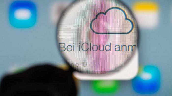 """Schriftzug in Lupe: """"Bei iCloud anm..."""""""