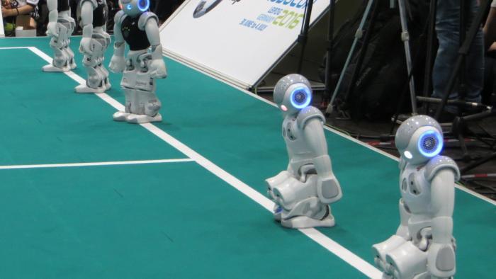 RoboCup: Schwitzende Roboter und siegende Basets - spannende Roboterfußball-Finals
