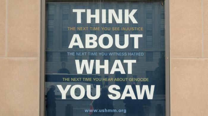 """Plakat """"Think about what you saw"""" des Holocaust Museums"""