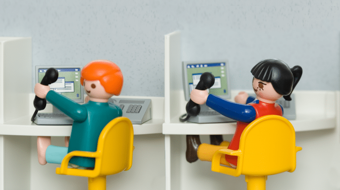 Callcenter symbolisiert durch 2 Playmobil-Figuren
