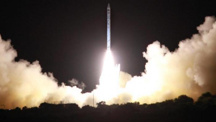 Trägerrakete mit Satellit