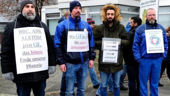 Menschenkette gegen geplanten Stellenabbau bei GE in Mannheim