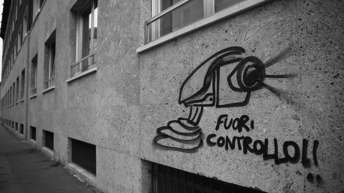 """Graffiti an Hauswand zeigt Überwachungskamera und """"Fuori Controllo!!"""""""