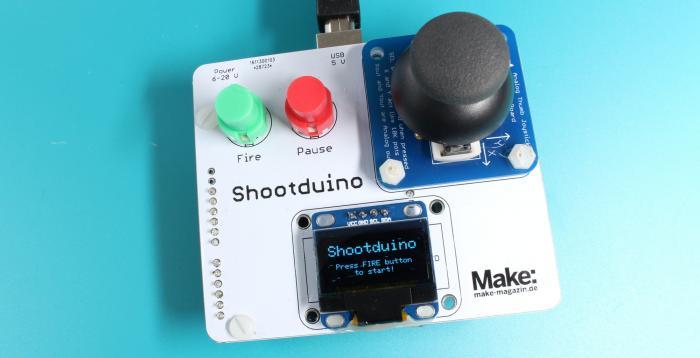 Eine weiße Platine mit Joystick, Display und zwei Tastern