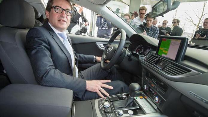 Bundesverkehrsminister Alexander Dobrindt im Auto