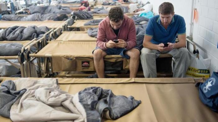 Flüchtlinge mit Smartphones