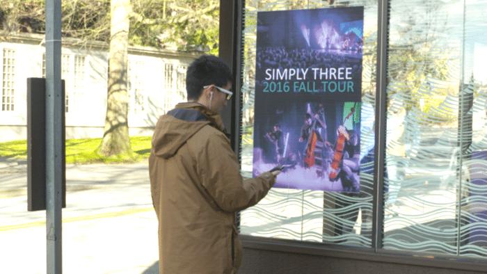 Sendeanlage verleiht Plakaten Musik