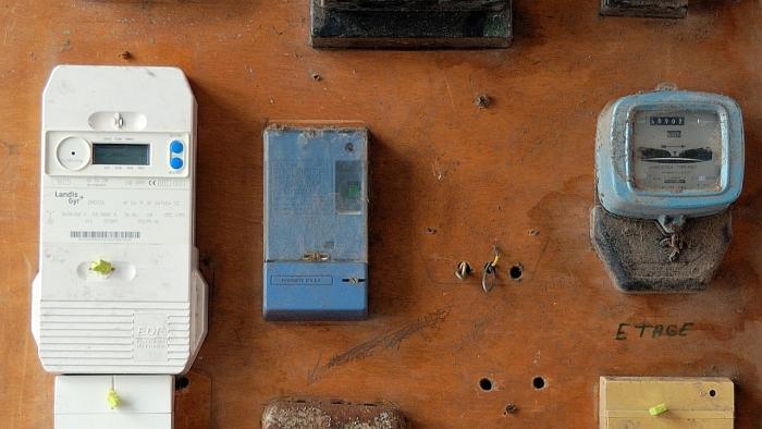 Smart Meter (links) neben Ferraris-Zähler (rechts)
