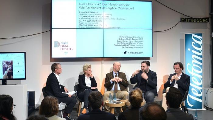 Bernhard Pörksen (r.) mit (n.l.) Caspar Clemens, Hinrich Claussen, Astrid Carolus und Marcel Ritter.