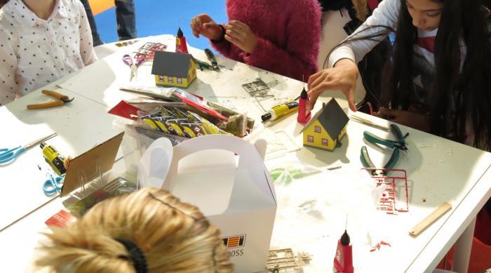 Kinder basteln ihr eigenes Modellhaus