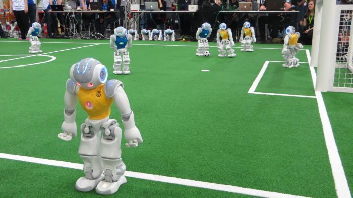 RoboCup German Open: Roboter kicken in 1. und 2. Liga