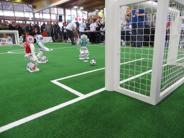 …während der Spieler vom Nao Team Humboldt diese Chance im Relegationsspiel gegen Luxembourg United sicher zum Siegtreffer (1:0) verwandelte.